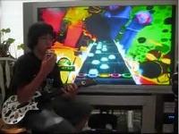 左手にギターヒーロー、右手にルービックキューブ 同時にプレイしてクリア!