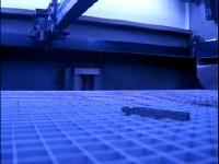 レーザー加工機でスーパーマリオブラザーズのBGMを演奏している動画