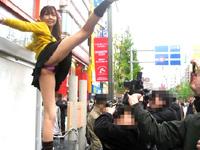 沢本あすか★アキバ露出狂の路上パフォーマンスで大開脚!![芸能/お宝]