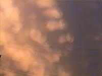 天空が垂れてくる奇妙な形の乳房雲