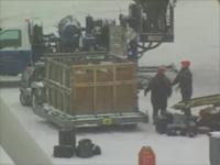 空港のスタッフが荷物をボンボン放り投げている様子
