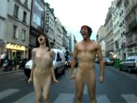 [やりすぎ] 素っ裸の男と女が街の外でケンカする海外の音楽PVが凄い