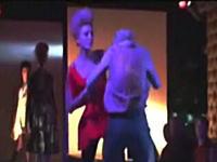 ファッションモデルがステージ上で取っ組み合いの喧嘩に!?