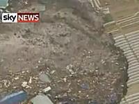 日本の映像だとは思えない津波の動画。みんな逃げて逃げて!