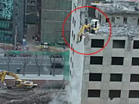 中国の安全基準はやっぱおかしいwwwというビル解体工事を撮影した動画