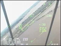 殺人低空飛行のコクピット視点のムービー発見。あまりの低さに逃げる人々