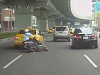 左から右。右から左。車線変更するタクシーとバイクの接触事故 ドラレコ動画3つ