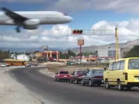 赤信号で停止したら飛行機が通過した。世界のビックリ動画(ホンジュラス)