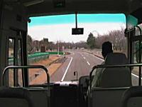 恐ろしく揺れる車内。バスの車内から撮影した地震発生の瞬間