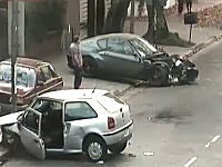 フェラーリが他車を巻き込んで事故る瞬間と事故処理の映像。これは酷い。