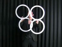 見入っちゃう。26歳日本人パフォーマーの、リングを使ったジャグリング