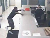目当ては、銃? 警察署で警官にとびかかる無謀な男