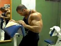 ステロイド?シンソール?筋肉の形が不自然すぎる男・・