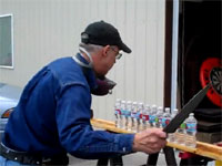 何たる切れ味・・。超一流の包丁職人が、ペットボトルをぶった切る。しかも12本同時