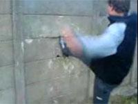 コンクリの壁を蹴り破ろうとした男性におこった悲劇