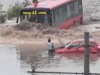 ロシアはバスの運転手もおそロシア。立ち往生する女性に容赦ないバス