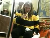 ホットドッグを食べようとした瞬間、睡魔に負けて眠りに落ちる女性