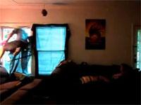 幻覚作用のあるハーブを吸った男性がバグって窓を突き破り落下してしまう