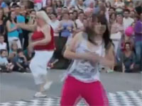 若者達のストリートダンスに乱入するエクストリームお婆ちゃんw