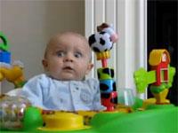 赤ん坊は恐怖し戦慄し震え上がった。母親の鼻をかむ音で。
