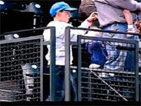 観客も大喜びw野球場でスリラーを完璧に踊りこなす少年w