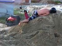 スクータージャンプ失敗で運動エネルギーを全て体で受け止めてしまう男性w