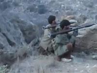 山岳地帯の岩場に隠れて米軍を待ち伏せするアフガニスタンのゲリラ。