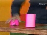 生放送でマジシャンがマジックに失敗してナイフが手に突き刺さってしまう