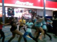 女たちの大乱闘動画。女性の喧嘩では相手の衣服を剥ぎとって戦意を削ぐ?