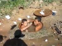 マンホールで水浴びする貧困地域の子供たち・・・。ちょっとショックを受けた