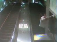 エスカレーターに飲み込まれた男性が死亡。これは恐ろしすぎる映像