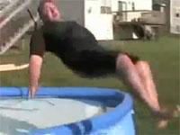 おいおっさんwウォータースライダーでプールを飛び越えて痛い動画。