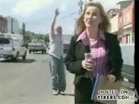 しつこく乱入する男に女レポーターがぶち切れて「ゴルァ!」