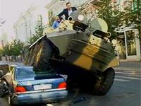 リトアニアの市長が装甲車で違法駐車を破壊!