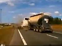 これは最悪な交通事故映像。木っ端微塵になって大型トレーラーに踏まれる