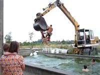 豪快サマーwユンボを使って危険なプール遊びをしている外人たち