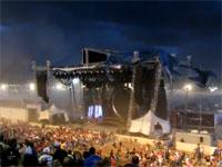 アメリカで野外ライブのステージが崩壊して死傷者多数
