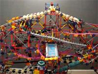 工場のパイプ群の如く複雑に絡み合うビー玉巡回装置のデモ映像。