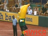 警備員にダンスバトルを仕掛けたバナナが返り討ちにww