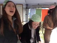 女の子が「チ〇コ」と「マ〇コ」を大声で連呼している露店