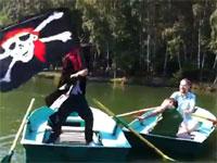 ロシア動画。これは酷いw公園の池に現れた海賊がカップルを襲うw