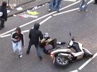 もはやロンドンの暴動は199X年レベル。走っているバイクを襲う暴徒。