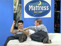 ベッド売り場でホモの店員が添い寝してくるドッキリ