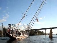 高さ24メートルあるヨットが高さ19メートルしかない橋の下を通過する方法。