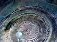サハラ砂漠にぽっかり開いた巨大な地球の眼「リシャット構造」