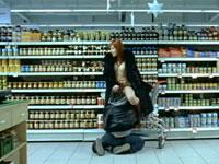 スーパーマーケットでクンニしてたら子供に見られちゃった動画