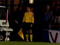 サッカーでは審判もオーバーリアクション。トイレットペーパーでぶっ倒れるw
