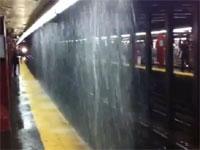 嫌すぎる駅。大雨で電車とホームの間に滝ができて電車から出れないw