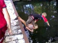 橋の上で悪ふざけをしていた少年二人が落下してしまうハプニング