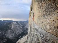 一瞬でも気を抜いたら死亡確定。絶壁を滑り止めのチョーク粉と靴だけで登る